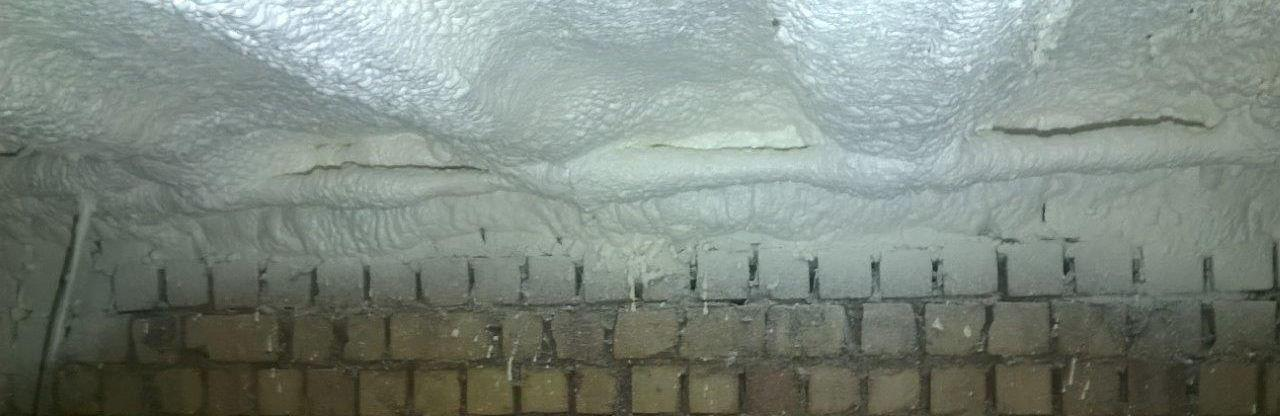 Isolatie aan de onderzijde van de vloer in de kelder.